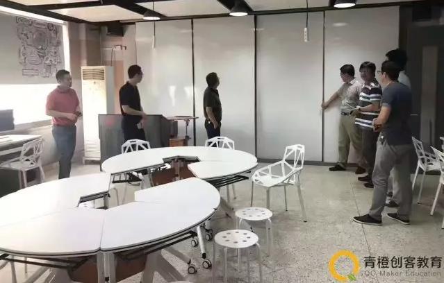 创客实验室使用的拼接桌椅非常适合创客教学