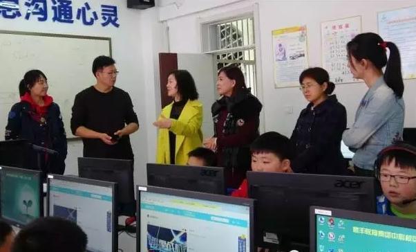 李玉杰校长为王英杰主任一行介绍创客教育开展情况