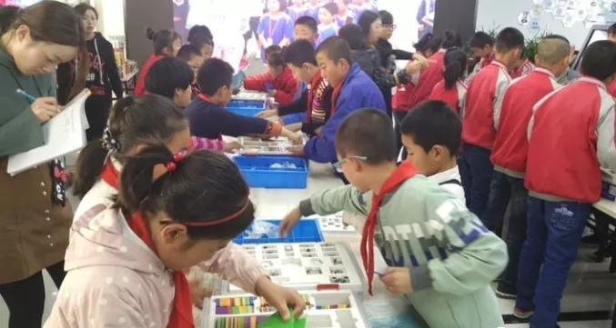 桃树坪小学举办首届比特创客嘉年华活动