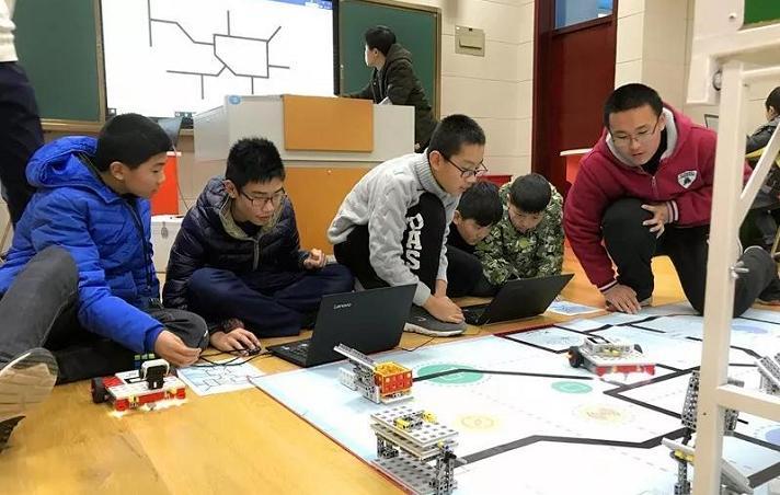 校园创客正在进行机器人比赛