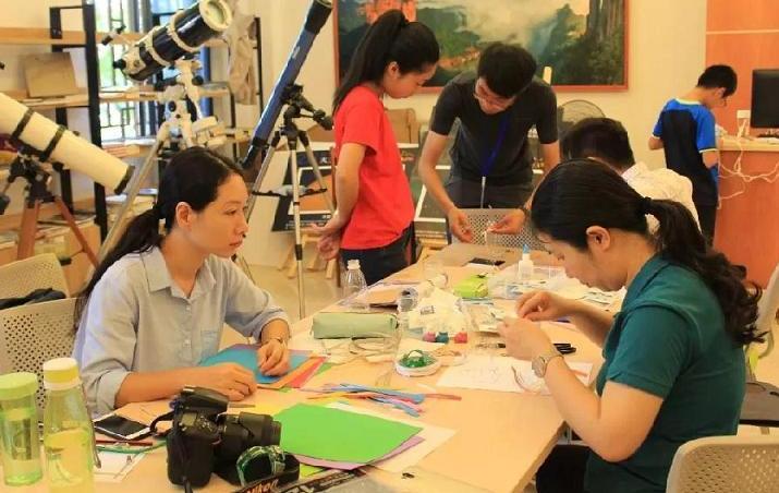 同学们参加创客科技工坊课程