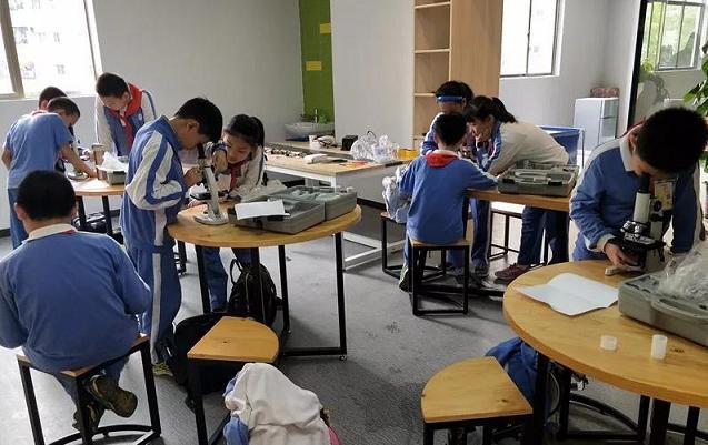 小学创客在动手区内创作作品