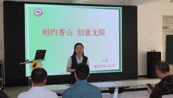 校长刘红向教研团一行分享学校创客做法