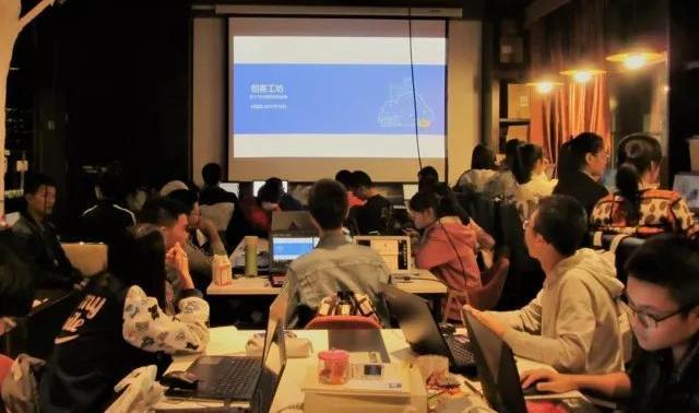 创客工坊正在进行创客培训