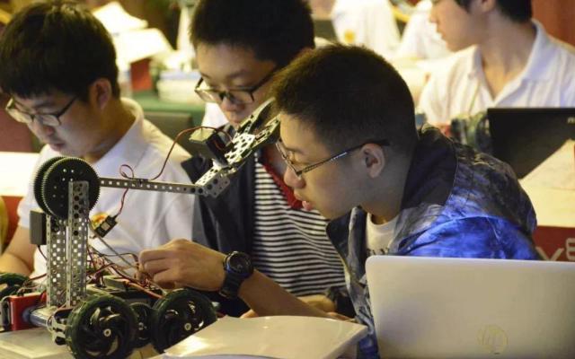 学生在接受创客教育