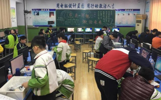 机器人创客育课堂